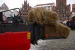 leichter Traktor mit Heuballenpresse