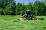 Grünlandmahd mit Scheibenmähwerk und der Ablage im Schwad