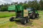 Traktor mit Rundballenpresse
