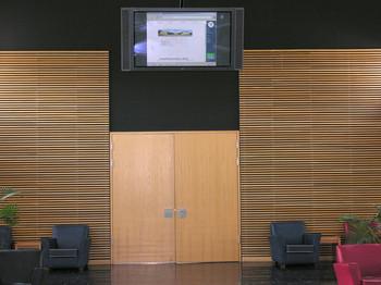 Monitor vor Konferenzraum