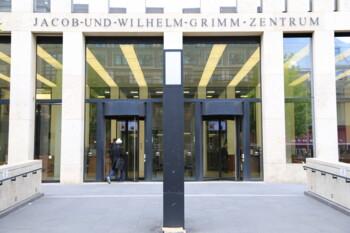 Haupteingang Jacob-und-Wilhelm-Grimm-Zentrum
