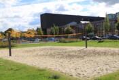 Beachvolleyballfeld vor Erwin-Schrödinger-Zentrum